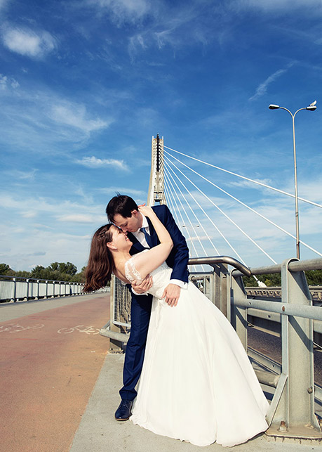 Wedding photo session on the Świętokrzyski Bridge, Warsaw